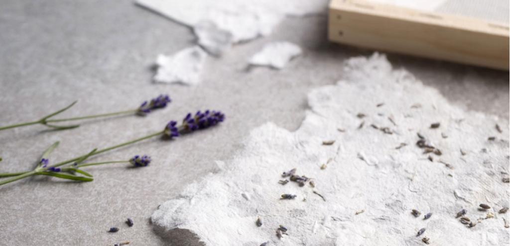 Handgeschöpftes Büttenpapier mit Lavendelblüten