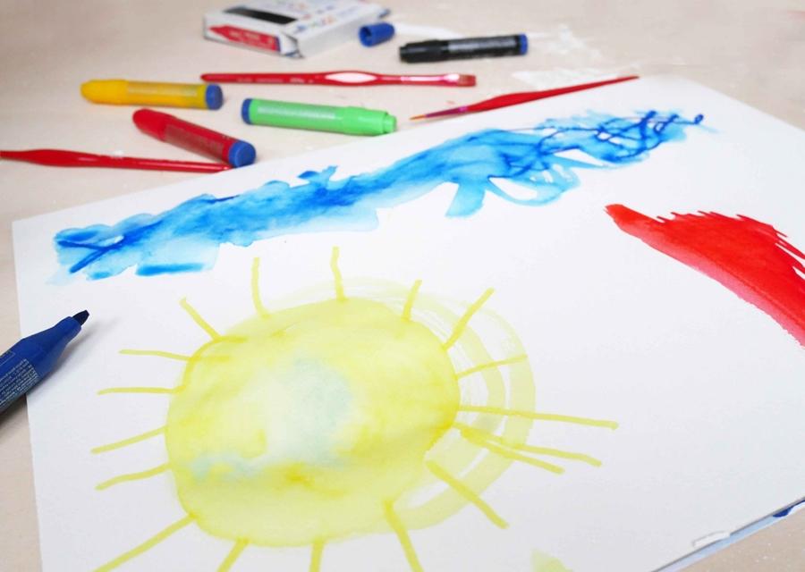 Eine gemalte Sonne und ein Himmel  mit Mucki Papier-Pfiffikus
