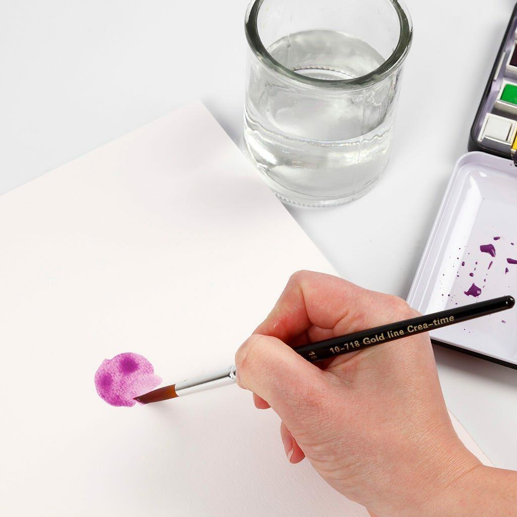 Ein lila Farbklecks mit Wasserfarbe