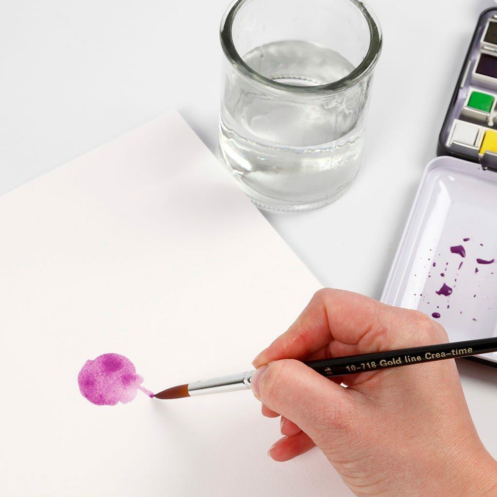 Der Stiel einer Blume wird mit einem Pinsel gemalt