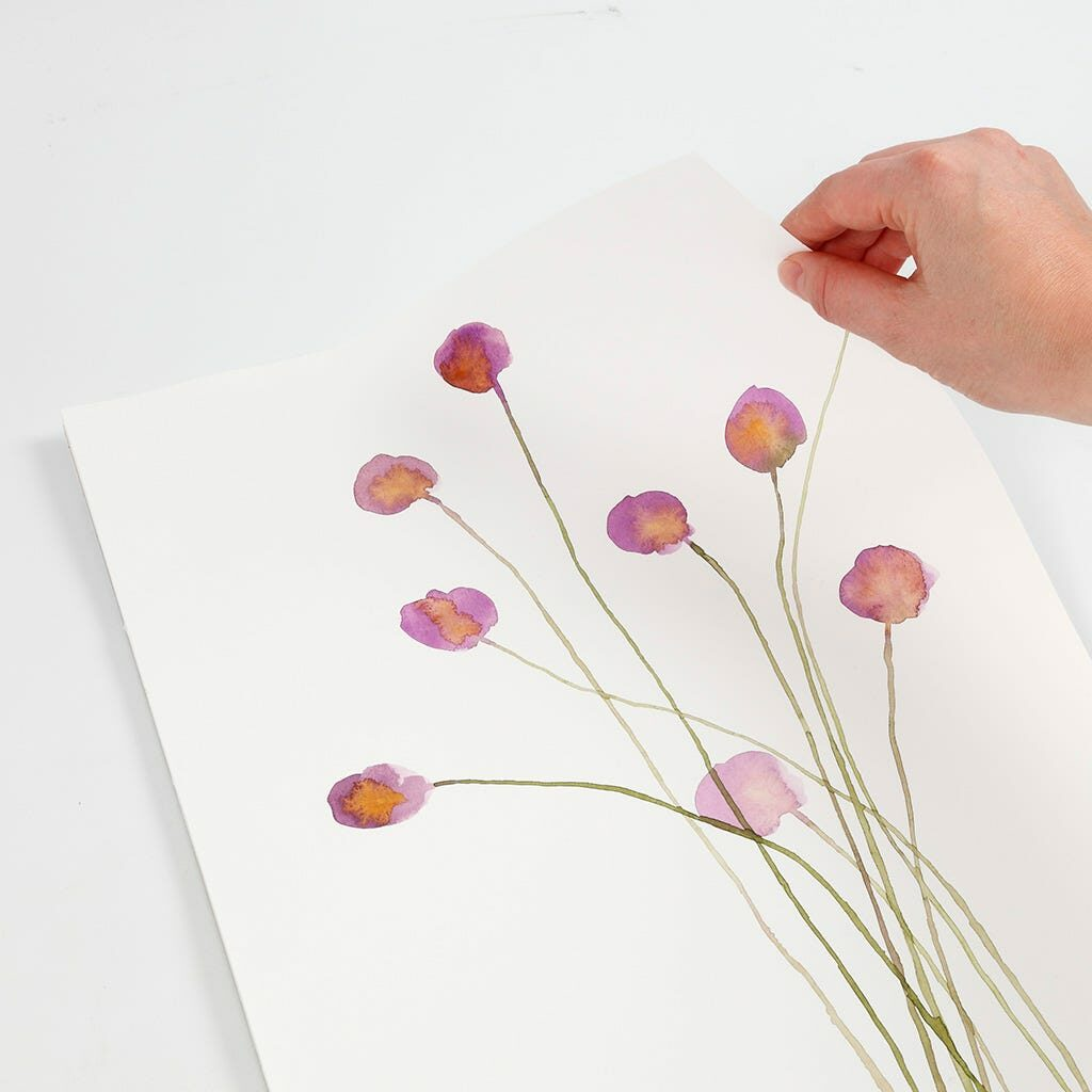 Ein Aquarellbild mit Blumen in lila