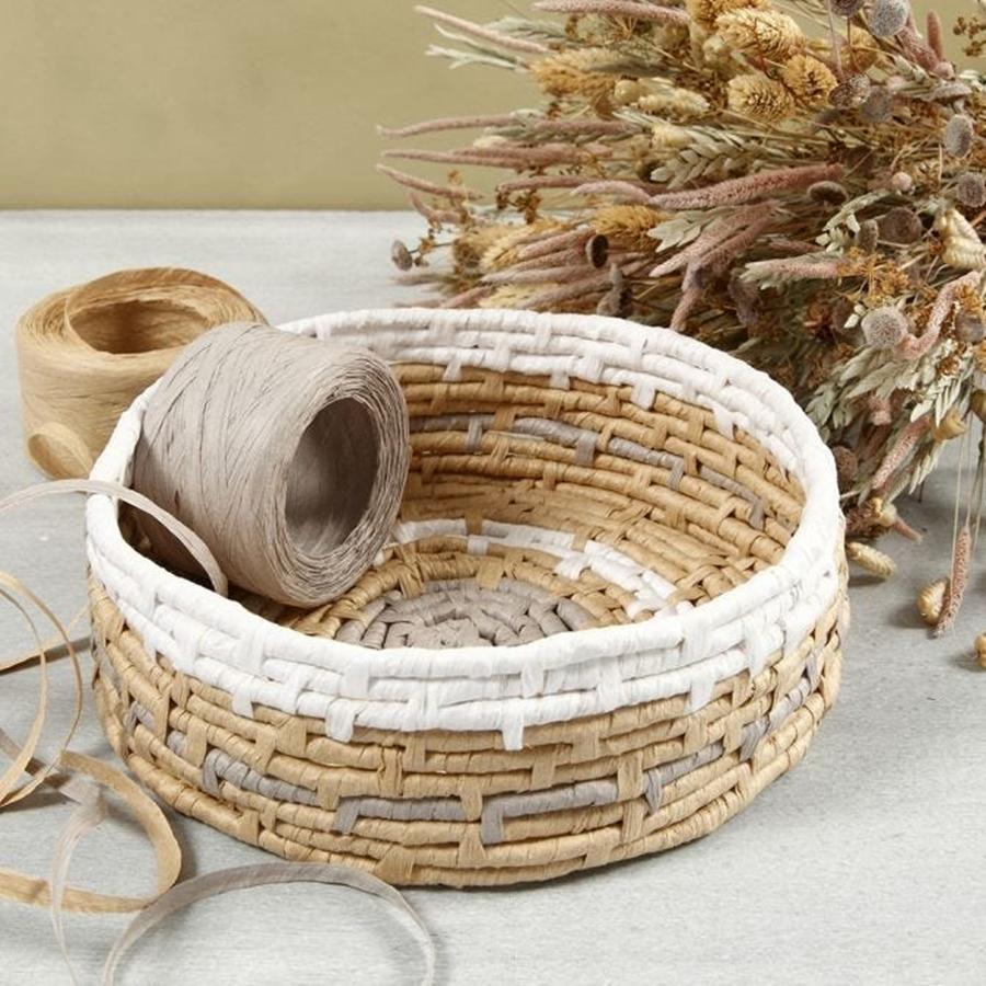 Ein Korb aus Papierbast und Maisschnur