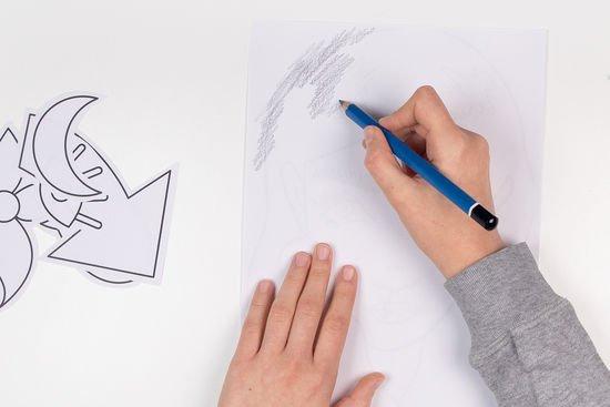 Die Vorlage wird mit einem Bleistift schraffiert