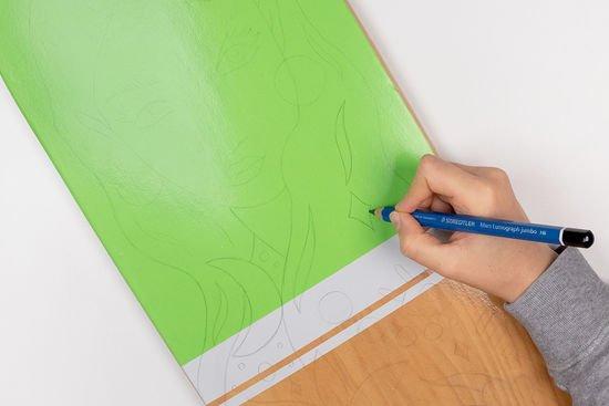 Die Vorlage vom Frauen-Motiv wird auf dem Longboard nachgezeichnet