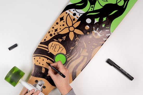 Das Longboard wird verziert