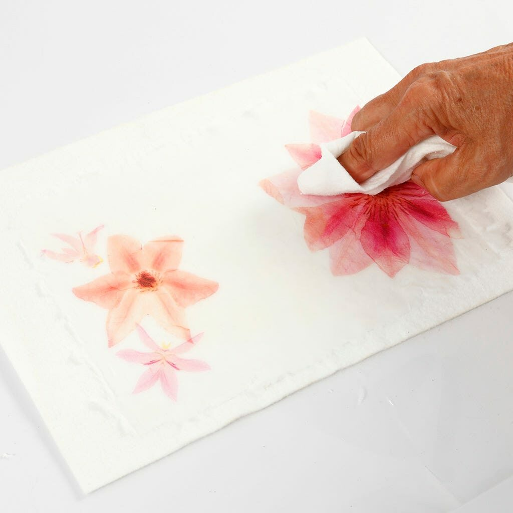 Das Motiv für die Karte wird auf das Naturpapier durch tupfen übertragen.