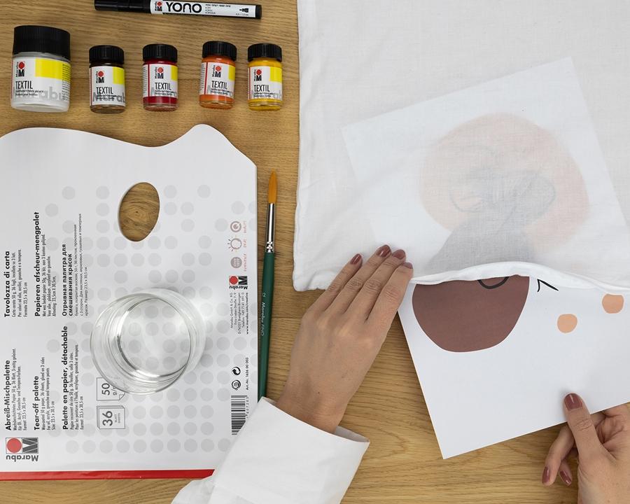 Japandi-Line-Art Technik Motiv-Vorlage wird in die Kissenhülle geschoben