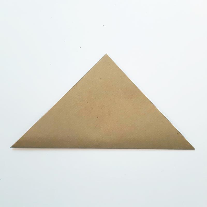 Bogen quadratisches Papier wird diagonal gefaltet