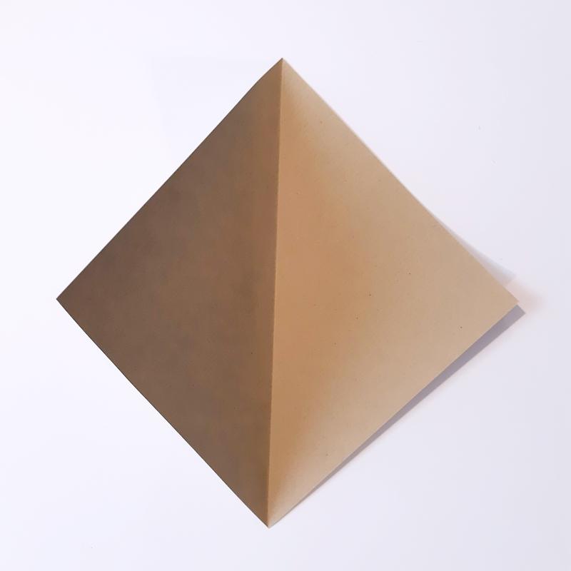 Bogen quadratisches Papier wird aufgefaltet