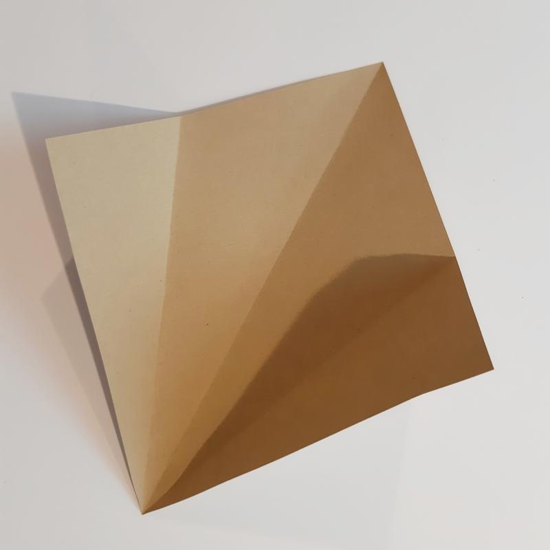 Bogen quadratisches Papier wird wieder aufgefaltet