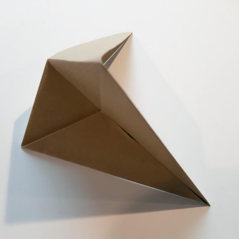Bogen quadratisches Papier wird nach hinten gefaltet