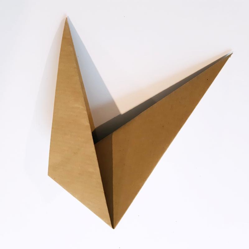 Bogen quadratisches Papier wird zusammengefaltet